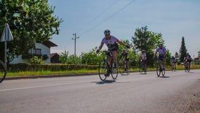 Radfahrer im Marathonwettbewerb um Vrhnika stock footage