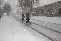 Radfahrer im Schnee, Amsterdam, Holland Stockfotografie