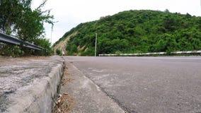 Radfahrer im Sturzhelmreitroller auf Straße stock video