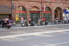 Radfahrer kommen in der Hotelgarage herein Stockbilder