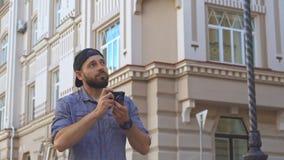 Radfahrer macht ein Foto auf der Straße stock video