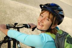 Radfahrer mit einem Rucksack Stockbild