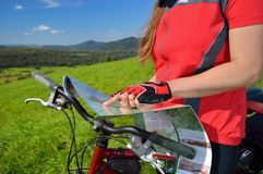 Radfahrer mit Karte copyspace Stockfotos