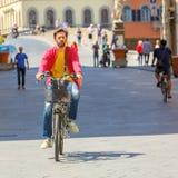 Radfahrer nahe Brücke Santa Trinita, Florenz, Italien Stockfotos