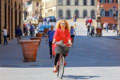 Radfahrer nahe Brücke Santa Trinita, Florenz, Italien Lizenzfreie Stockfotos