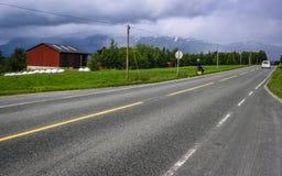 Radfahrer reisen durch die Hochl?nder von Norwegen lizenzfreie stockfotos