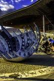 Radfahrer reiten hinter das Senedd in Cardiff-Bucht Lizenzfreies Stockbild