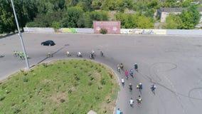 Radfahrer Rennen, Losradfahrerfahrt auf Quadrat am Wettbewerb hinter den Autos, die in der Ansicht von oben parken stock video