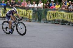Radfahrer rundet feste Drehung am im Norden Kriterium Lizenzfreie Stockbilder