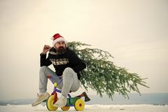 Radfahrer in Sankt-Hut und sportliche Abnutzung am Wintertag lizenzfreie stockfotos
