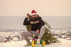 Radfahrer in Sankt-Hut und sportliche Abnutzung am Wintertag stockbild