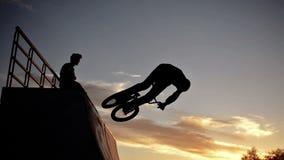 Radfahrer springt stock video
