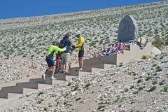 Radfahrer stoppen immer am Monument von Tommy Simpson in Mont Ventoux stockfotos