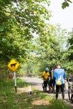 Radfahrer stoppen, um unter dem Baumschatten, Kanchanaburi, Thail stillzustehen Lizenzfreie Stockfotos
