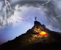 Radfahrer und über Nacht auf den Felsen Stockfoto