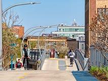 Radfahrer und Fußgänger, welche die 606 Bloomingdale Spur in Bucktown verwenden Stra?en von Chicago stockfotos