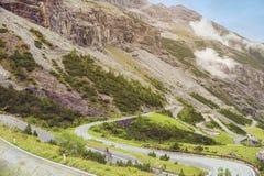 Radfahrer und Landschaft von Bergen und von Gras von Süd-Tirol in Italien Stockfotografie