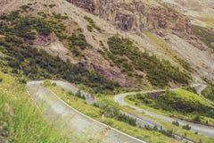 Radfahrer und Landschaft von Bergen und von Gras von Süd-Tirol in Italien Stockfotos