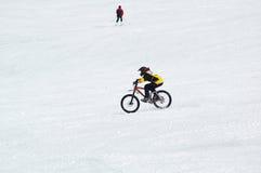 Radfahrer und Skifahrer Stockfoto