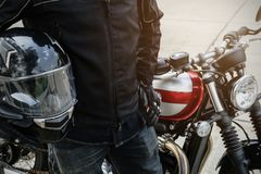 Radfahrerabnutzungsjackenanzugs-Griffsturzhelm lizenzfreies stockbild
