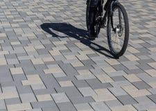 Radfahrerauf Fahrradweg aus Pflastersteinen in Innenstadt, Bild Royalty-vrije Stock Afbeeldingen