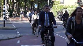 Radfahrerfahrt auf die Straße stock video footage