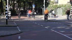 Radfahrerfahrt auf die Straße stock video