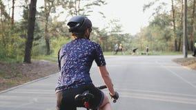 Radfahrerfrau, die vor Fahrt fertig wird Radfahrenkonzept Hinterer Schuss Langsame Bewegung