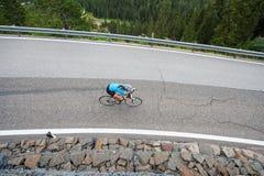 Radfahrerfrau von oben genanntem durch abwärts Lizenzfreies Stockfoto