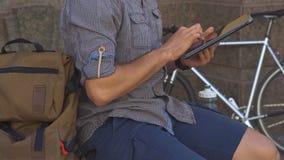 Radfahrerleichte schläge auf dem Tablettenmit berührungseingabe bildschirm stock footage