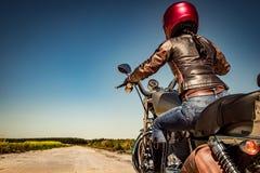 Radfahrermädchen auf einem Motorrad Stockfotos