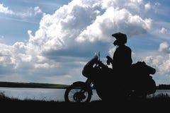 Radfahrermann und -tourist weg vom Straßenmotorrad mit dem Reiter des jungen Mannes der Seitentaschen, zum während der Reise st stockfotos