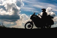 Radfahrermann und -tourist weg vom Straßenmotorrad mit dem Reiter des jungen Mannes der Seitentaschen, zum während der Reise st lizenzfreies stockfoto
