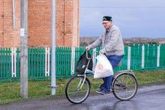 Radfahrerreiten Aromashevskiy Russland am 23. Mai 2018 mit Taschen lizenzfreie stockfotos