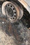 Radfelge des gebrannten heraus Autos auf der Seite einer Straße Stockbilder