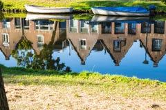 Radholländarehus, reflexion i kanal av Alkmaar, Nederländerna royaltyfri fotografi