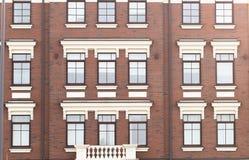 Radhus i en plan stil med fyrkantiga fönster Arkivfoton