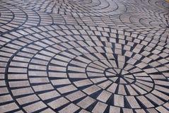Radiaal die patroon van bakstenen op de grond worden gelegd stock afbeeldingen