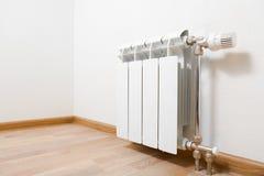 Radiador de la calefacción en casa fotografía de archivo libre de regalías