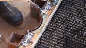 Radiador de la soldadura del mecánico de coche almacen de video