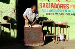 Radiador del motor - taller de la soldadura Foto de archivo