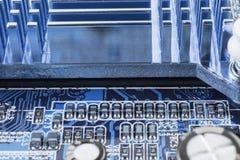 Radiador na microplaqueta do northbridge do macro do fim do cartão-matriz do computador imagens de stock royalty free