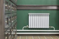 Radiador na sala com um armário imagem de stock royalty free