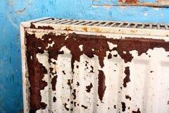 Radiador oxidado, destruido, devastado, mohoso fotografía de archivo