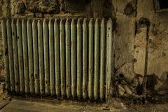 Radiador velho em uma construção abandonada imagem de stock
