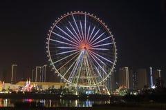 Radiale lichten in de grote wielen, naast de rivier bij nacht Royalty-vrije Stock Foto