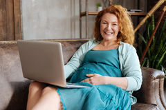 Free Radiant Expectant Mother Working On Laptop On Sofa Royalty Free Stock Image - 92878166