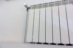 Radiateur blanc moderne de chauffage central Radiateur moderne de chauffage central ?quip? d'un thermostat photo libre de droits