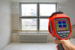 Radiateur d'enregistrement et une fenêtre sur un bâtiment avec Camer thermique photos libres de droits