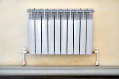 Radiateur de chauffage Radiateur blanc dans un appartement photographie stock libre de droits